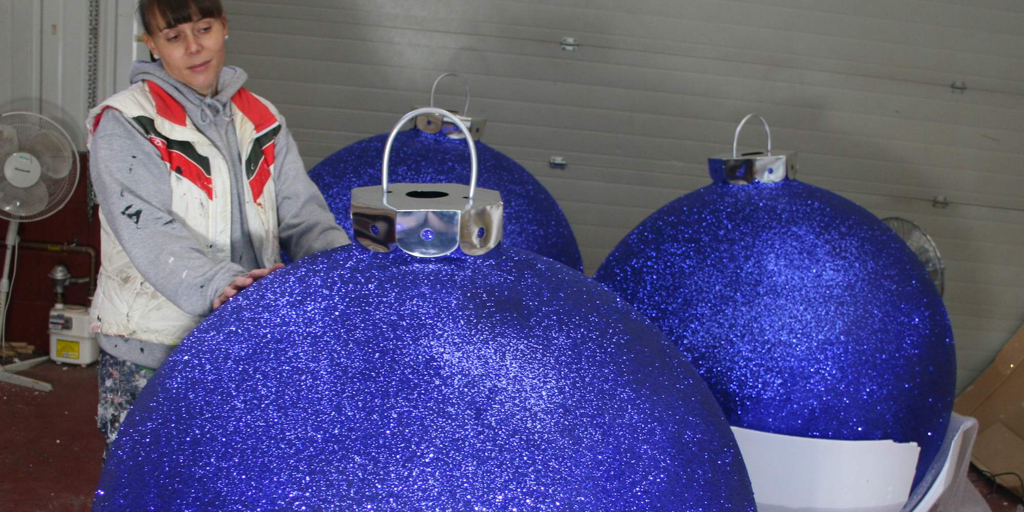 Christmas display baubles giant medium and small for Outdoor christmas baubles
